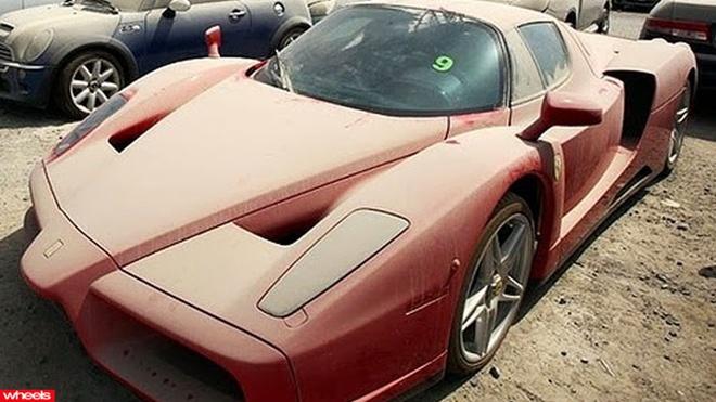 Nghĩa địa siêu xe: Ferrari Enzo, Porsche, Jaguar, Audi, BMW... những chiếc siêu xe hàng triệu người mơ ước đang nằm phủ bụi với chìa khóa vẫn cắm trong ổ. Từng là đồ chơi của những triệu phú, những chiếc xe này bị bỏ rơi khi chủ của chúng phá sản và chạy trốn do Dubai có luật về nợ rất nghiêm khắc. Hàng ngàn chiếc xe loại này đã bị tịch thu và được cảnh sát Dubai bán với giá siêu rẻ.