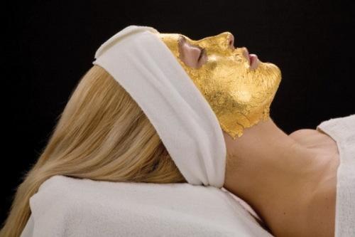 Dịch vụ đắp mặt nạ vàng: Mặt nạ bằng vàng 24 carat được cho là có tác dụng hồi sinh và trẻ hóa làn da. Tại Dubai, nhiều người sẵn sàng chi tới 7.000 đôla để sử dụng dịch vụ này.