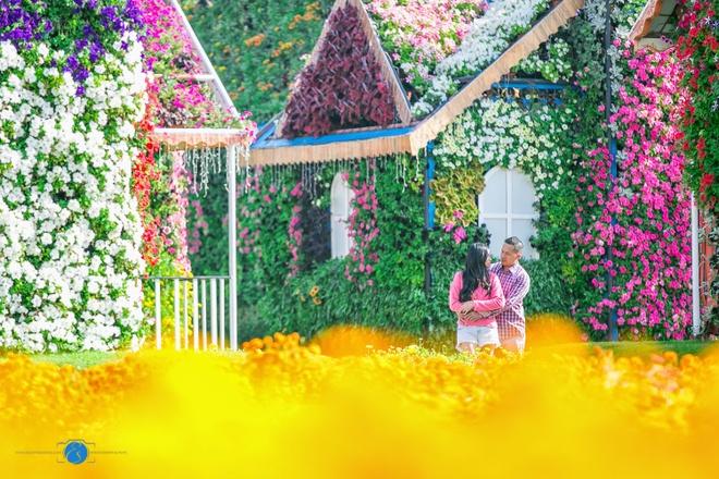 Vườn hoa Nhiệm Màu: Đúng như cái tên của nó, thật khó tưởng tượng nổi giữa một vùng đất sa mạc lại có một vườn hoa lộng lẫy và xanh tươi như thế. Khu vườn có tới hơn 45 triệu bông hoa, trải rộng trên diện tích 72.000 m2 và tiêu tốn tới hơn 11 triệu đôla để xây dựng. Ảnh: CNN.