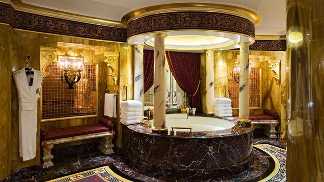 Khách sạn dát vàng: 1.965 m2 bên trong khách sạn Burj Al Arab được phủ những lá vàng 24 carat, từ chân ghế cho tới 28.000 chân bóng đèn. Tuy bị chỉ trích vì sự phô trương nhưng nơi đây đã được các tỷ phú nổi tiếng chọn làm nơi nghỉ ngơi. Ngoài ra, khách đặt phòng đều được sử dụng một chiếc ipad vàng miễn phí trong suốt thời gian ở đây.