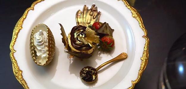 Đồ ăn phủ vàng: Ở Dubai, vàng xuất hiện ở khắp nơi, từ trong các họa tiết trang trí, quần áo, phụ kiện, thậm chí các khách sạn còn phục vụ những món ăn, rượu và đồ tráng miệng có vàng nguyên chất.
