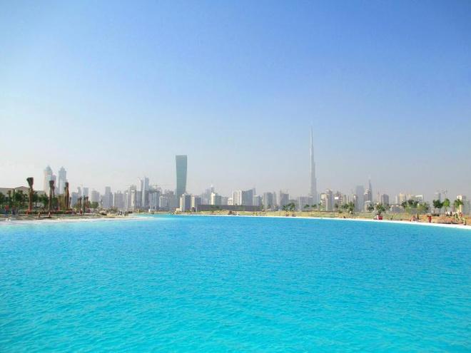 Hồ nước ngọt khổng lồ giữa sa mạc: Tham vọng của Dubai là xây dựng một hồ nước khổng lồ với diện tích lên tới hơn  360.000 m2, tương đương với 330 bể bơi Olympic và tiêu tốn tới 7,1 tỷ đôla. Hồ nước được đặt ở trung tâm thành phố và khi hoàn tất sẽ là hồ nước ngọt nhân tạo lớn nhất thế giới. Giai đoạn đầu đã xong và dự kiến toàn bộ dự án sẽ hoàn thiện vào năm 2020.