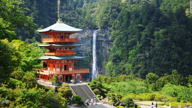 Nhung canh dep me hon o Nhat Ban hinh anh 4 Thác Nachi (Wakayama): Với độ cao 133 m, Nachi là thác nước lớn nhất Nhật Bản. Cạnh thác có đền Kumano Nachi Taishai với kiến trúc độc đáo và hài hòa với cảnh quan xung quanh.