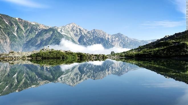 Nhung canh dep me hon o Nhat Ban hinh anh 2 Hồ Happo (Nagano): Con đường dẫn tới hồ Happo từ Hakuba, ngôi làng trượt tuyết nổi tiếng, là một trong những đường leo núi đẹp nhất Nhật Bản. Hồ nước nằm ở độ cao 2.060 m so với mực nước biển. Dù không lớn nhưng vẻ đẹp của hồ Happo khiến du khách phải sững sờ.