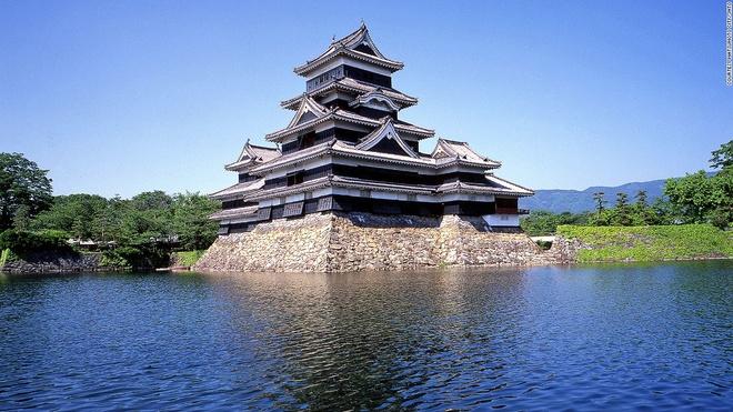 """Nhung canh dep me hon o Nhat Ban hinh anh 7 Lâu đài Matsumoto (Nagano): Được gọi là """"lâu đài quạ"""" do màu sơn đen, Matsumoto là lâu đài gỗ cổ nhất Nhật Bản, được xây dựng từ 400 năm trước."""