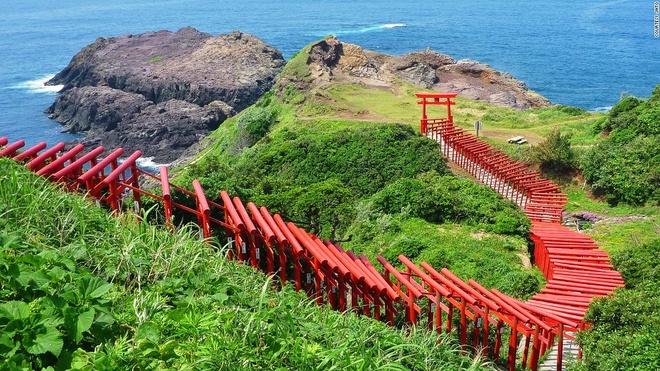 Nhung canh dep me hon o Nhat Ban hinh anh 3 Đền Motonosumi-inari (Yamaguchi): 123 cổng Torii màu đỏ rực rỡ trải dọc đường từ đền Motonosumi-inari tới vách đá nhìn ra biển khiến du khách không khỏi có cảm tưởng như đang ở một thế giới thần tiên.