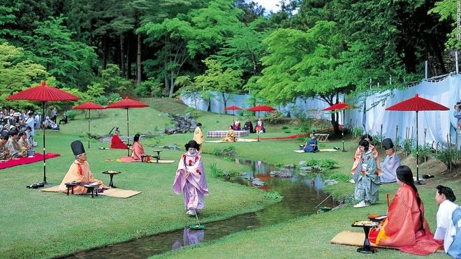 Nhung canh dep me hon o Nhat Ban hinh anh 9 Đền Motsu-ji (Hiraizumi): Vào chủ nhật thứ 4 của tháng 5, đền Motsu-ji lại mời những người yêu thơ tới sáng tác cạnh dòng suối trong khuôn viên đền. Trong lúc họ sáng tác, những chén sake được thả trên dòng suối và đưa tới cho từng người.