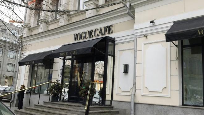 Nhung quan ca phe mang thuong hieu thoi trang dang cap hinh anh 2 Quán VOGUE Café (Moscow, Nga): Quán cà phê này nằm ở thủ đô của Nga, mở cửa từ năm 2003 và đã trở thành một địa điểm nổi tiếng. Quán phục vụ các món ăn Nga và châu Âu. Sự kết hợp giữa thời trang và những đầu bếp hàng đầu thế giới đem lại cho du khách một trải nghiệm khó quên. Giống như thương hiệu VOGUE luôn tượng trưng cho đẳng cấp, quán được trang trí với hoa tươi, những họa tiết thanh nhã, khăn trải bàn trắng và những ly rượu vang tuyệt đẹp.