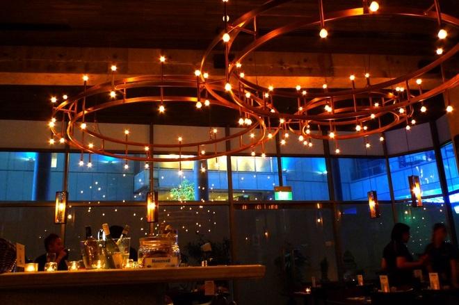 Nhung quan ca phe mang thuong hieu thoi trang dang cap hinh anh 3 Quán Oriole Café (Singapore): Quán cà phê này nằm ở đường Orchard, khu mua sắm nổi tiếng của Singapore. Oriole nổi tiếng với cà phê đậm đà và món bánh cuộn. Bên trong, ánh đèn ấm áp kết hợp với âm nhạc và các tấm gỗ ốp màu tối đem lại cảm giác sang trọng nhưng hiện đại cho quán.