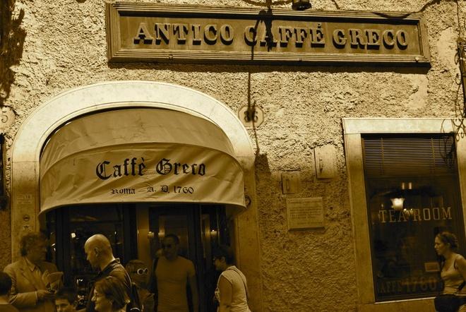 Nhung quan ca phe mang thuong hieu thoi trang dang cap hinh anh 4 Quán Antico Caffé Greco (Rome, Italy): Đây là quán cá phê lâu đời và nổi tiếng ở Italia, ngay cả Casanova cũng từng dừng chân ở đây để thưởng thức một tách espresso. Giá cả ở đây không rẻ chút nào, thấp nhất là 10 euro cho một cốc cà phê, đổi lại du khách sẽ được đắm mình trong không gian sang trọng và giàu lịch sử này.