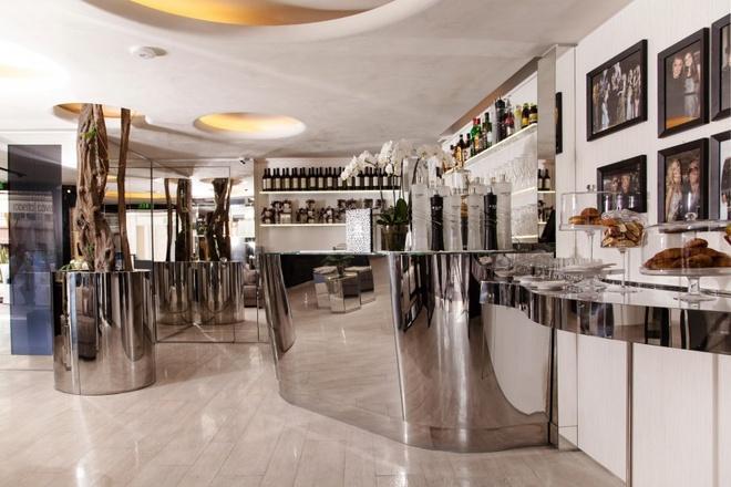 Nhung quan ca phe mang thuong hieu thoi trang dang cap hinh anh 6 Quán Roberto Cavalli (St. Tropez, Pháp): Quán cà phê của nhà thiết kế thời trang hàng đầu thế giới, Roberto Cavalli, có họa tiết chủ đạo là da động vật. Cách bài trí trong quán được thay đổi theo thời điểm trong ngày. Sự kết hợp của thiết kế linh hoạt, hợp thời với đồ ăn, thức uống hảo hạng khiến quán Roberto Cavalli trở thành địa điểm không thể bỏ qua.