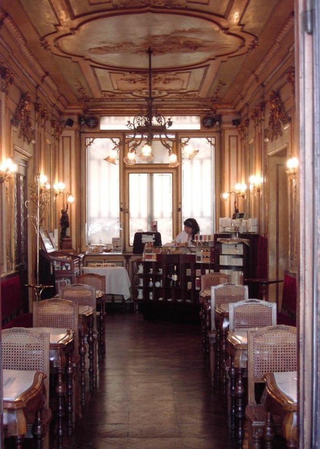 Nhung quan ca phe mang thuong hieu thoi trang dang cap hinh anh 9 Quán Florian (Venice, Italy):  Quán cà phê này mở cửa từ đầu thế kỷ 18 và là một trong những quán cà phê đầu tiên trên thế giới cho phép khách hàng nữ bước vào. Quán Florian sở hữu một bộ sưu tập tác phẩm nghệ thuật nổi tiếng thế giới và có vai trò quan trọng trong lịch sử. Ánh sáng dịu nhẹ và trần nhà mạ vàng khiến cho du khách như được trở về thế kỷ trước.