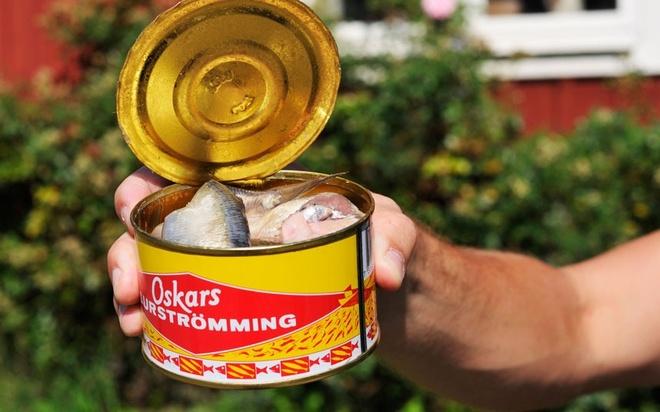 Nhung dac san ky di phai thu mot lan trong doi hinh anh 10 Surströmming (Thụy Điển): Món cá trích để lên men này nặng mùi tới mức thường chỉ được ăn ngoài trời.