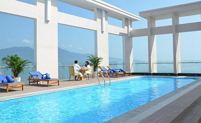 Bể bơi sân thượng của khách sạn.
