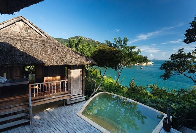 """10 resort Viet sieu sang lam khach Tay me met hinh anh 4 Six Senses Ninh Van Bay: Năm 2014, biệt thự hướng biển số 5 của Six Senses Ninh Van Bay đã đoạt giải Smith Hotel Awards hạng mục """"Phòng nghỉ quyến rũ nhất hành tinh"""" do Daily Mail bình chọn. Biệt thự hướng biển số 5 của Six Senses tại vịnh Ninh Vân, Nha Trang, là căn phòng được chọn, với bể bơi được thiết kế hài hòa với vách đá, một cầu thang riêng dẫn xuống biển và nội thất sang trọng tạo ra không khí lãng mạn và riêng tư cho bất cứ cặp đôi nào."""