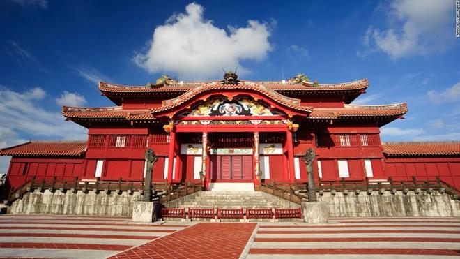 10. Lâu đài Shuri, Okinawa, Nhật Bản (1.753.000 lượt khách/năm): Lâu đài có 8 cánh cổng tuyệt đẹp, những khu vườn bao quanh, một phòng học và một đại sảnh với phần mái lát ngói đỏ. Các ao, cầu và đảo nhỏ trong vườn thượng uyển đem lại cảm giác bình yên cho các du khách.