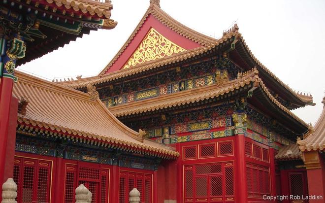 6. Tường cung điện được sơn màu đỏ tươi, tượng trưng cho sự trang nghiêm, hạnh phúc, may mắn. Thời xưa, trừ hoàng cung ra, chỉ có phủ thân vương và những đền miếu quan trọng mới được dùng màu đỏ.