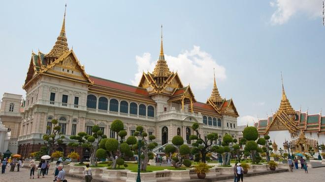 3. Cung điện hoàng gia, Bangkok, Thái Lan (8.000.000 lượt khách/năm): Đền Phật Ngọc trong cung điện được coi là một trong những nơi linh thiêng nhất Thái Lan. Tượng Phật ở đây được tạc từ một khối ngọc bích lớn, toàn bộ phục sức được làm bằng vàng ròng và đổi 3 lần một năm trong các nghi lễ hoàng gia.