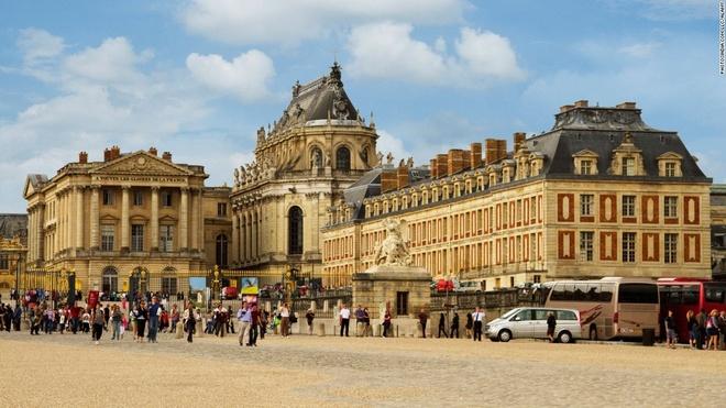 4. Điện Versailles, Pháp (7.527.122 lượt khách/năm): Hiếm nơi nào sánh được sự lộng lẫy của Sảnh Gương trong điện Versailles và phòng ngủ của hoàng hậu Marie Antoinette. Khuôn viên rộng lớn bao quanh điện có 50 đài phun nước, một vườn thượng uyển và một con kênh lớn.