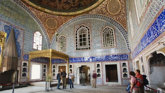 """5. Cung điện Topkapi, Istanbul (3.335.000 lượt khách/năm): Phòng riêng của Murat Đệ Tam có bể bơi trong nhà, lò sưởi dát vàng và những bức tường được trang trí bằng các viên đá lát Iznik màu xanh, trắng và đỏ có từ thế kỷ 16. Ngoài ra, ở đây còn có những khu sân vườn tuyệt đẹp và """"Báu vật hoàng gia"""", một cây cung gắn ngọc lục bảo và kim cương được vua Mahmud Đệ Nhất gửi tới cho quốc vương Ba Tư."""