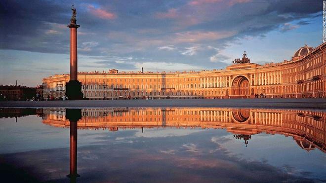 6. Cung điện Mùa Đông, St. Petersburg, Nga (3.120.170 lượt khách/năm): Ngày nay, cung điện này là bảo tàng với một trong những bộ sưu tập giá trị nhất châu Âu, trong đó có tác phẩm của Raphael và Leonardo da Vinci. Phần lớn cung điện bị phá hủy bởi hỏa hoạn vào năm 1837, nhưng đã được tu sửa lại lộng lẫy không kém gì ban đầu.