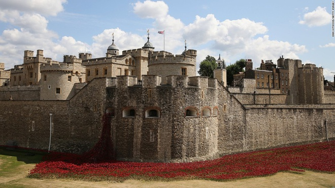 """7. Tháp London, Anh (2.894.698 lượt khách/năm): Hàng triệu du khách đổ về đây để xem buổi diễn tái hiện lịch sử và chiêm ngưỡng vương miện của nước Anh với """"Ngôi sao lớn châu Phi), viên kim cương không màu lớn nhất thế giới. Năm 2014, 888.246 bông hoa hồng anh bằng sứ được cắm quanh tháp để tưởng nhớ những binh lính Anh đã hi sinh trong Thế chiến II."""