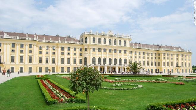 8. Cung điện Schönbrunn, Vienna, Áo (2.870.000 lượt khách/năm):  Địa điểm đông khách tham quan nhất nước Áo là cung điện Schönbrunn, nơi nghỉ mùa hè của các hoàng đế từ thế kỷ 17 tới năm 1918. Trong số 1.441 căn phòng nơi đây, nổi tiếng nhất là phòng Gương, với các họa tiết trang trí màu trắng và mạ vàng kiểu Rococo và những chiếc gương pha lê. Đây được cho là nơi Mozart biểu diễn lần đầu tiên trong đời ở tuổi lên 6.
