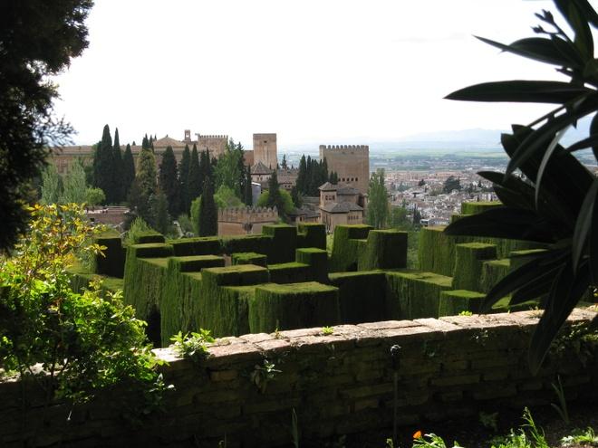 9. Cung điện Alhambra y Generalife, Granada, Tây Ban Nha (2.315.017 lượt khách/năm):  Những trần nhà với họa tiết tinh xảo và khu sân vườn với đài phun nước lộng lẫy khiến các du khách không khỏi choáng ngợp. Khu vườn theo kiểu Moor của cung điện có những cây cổ thụ xanh tươi và những loài hoa độc đáo.