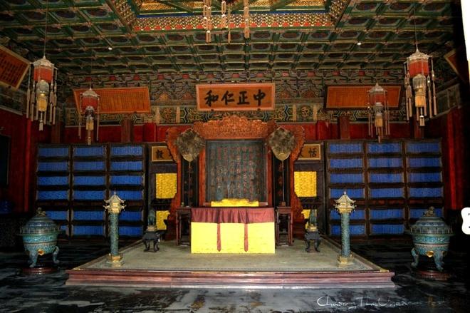 8. Mỗi phòng trong số 9.999 phòng đều được trang trí bởi các bức tượng. Phòng càng quan trọng thì càng có nhiều tượng. Phòng quan trọng nhất có tới 10 bức tượng.