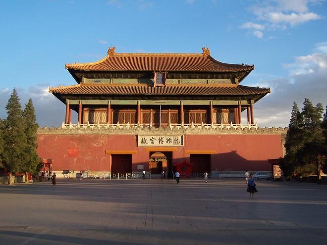 12. Số 9 (cửu) được coi là con số tượng trưng cho hoàng đế, vì vậy có 9 cửa dẫn vào nội đình (hậu cung). Các cửa này đều là những tòa lầu được trang trí lộng lẫy.