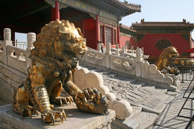 13. Hai tượng sư tử đồng đặt trên bệ đá ở cửa nội đình gồm một con đực và một con cái. Con đực giữ một quả bóng lụa dưới chân, tượng trưng cho quyền lực. Con cái giữ một con sư tử con, tượng trưng cho sự sống.