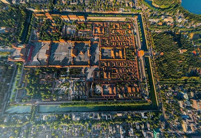 """15. Để thể hiện sức mạnh của """"Thiên tử"""" tức """"con trời"""", nơi hoàng đế sống phải là trung tâm của thế giới. Do đó tất cả các cánh cổng, điện và các công trình của Tử Cấm Thành đều được sắp xếp quanh tâm trục Bắc – Nam của Bắc Kinh thời cổ.  Trung tâm Tử Cấm Thành là Hoàng thành; trung tâm Hoàng thành là Cung thành, trung tâm Cung thành là Thái Hòa điện, trung tâm của Thái Hòa điện là Tu Mi Sơn, tượng trưng cho trung tâm của vũ trụ. Tầng tầng lớp lớp kiến trúc ấy xoay quanh trục chính, hướng vào trung tâm và tôn quý trung tâm."""