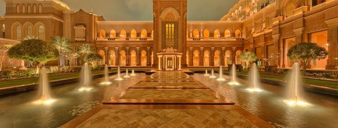 Nhung ly do khien Abu Dhabi tuyet hon Dubai hinh anh 11 11. Khu nghỉ dưỡng Emirates Palace: Khu nghỉ dưỡng 7 sao này khiến nhiều người choáng ngợp bởi quy mô và độ sang trọng. Nằm trên 1,3 km bãi biển tư nhân, bao quanh là 85 héc-ta vườn tược, với 114 mái vòm cao tới 80 m, Emirates Palace có 394 phòng được thiết kế và bài trí đặc biệt để đem lại cảm giác đế vương cho du khách.