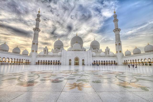 Nhung ly do khien Abu Dhabi tuyet hon Dubai hinh anh 13 14. Nhà thờ Sheikh Zayed: Đây là một trong những nhà thờ Hồi giáo lộng lẫy nhất thế giới, giống như tòa lâu đài trong truyện Aladdin ngoài đời thật.