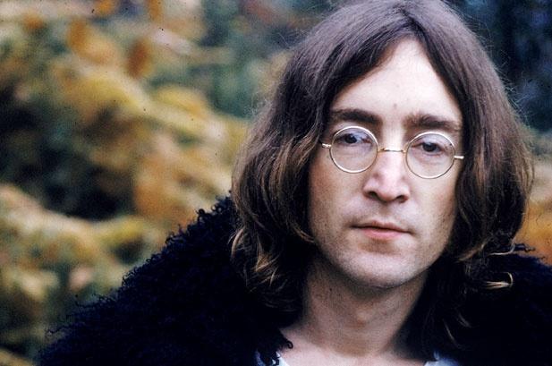 Nhung dieu thu vi ve dinh thu Playboy hinh anh 3 John Lennon suýt nữa đã bị cấm cửa: Trong khoảng thời gian chia tay với Yoko Ono, John Lennon đã làm điều mà bất cứ một triệu phú nào đang đau khổ vì tình cũng sẽ làm: đến dự tiệc ở dinh thự Playboy. Ông đã dùng xì gà châm lên một bức tranh nguyên bản của Matisse. Sau đó, huyền thoại của The Beatles đã xin lỗi và làm hòa với Hef, bức tranh đó ngày nay vẫn được treo ở dinh thự và còn nguyên dấu xì gà.