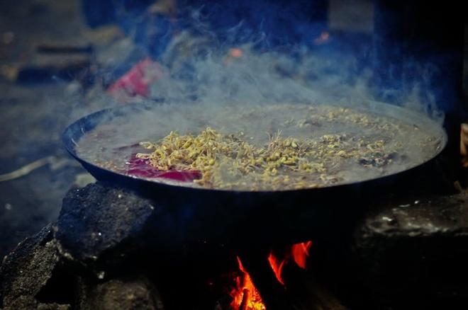 Nguoi Viet thich di dau nhat? hinh anh 6 Hà Giang có những đặc sản dân tộc ngon và độc đáo như  rượu ngô, cháo ấu tàu, mật ong bạc hà, lạp xưởng, thịt trâu gác bếp, thắng cố.