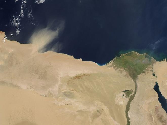 Nhung dieu ky la trong rung Amazon hinh anh 8 Vùng trũng Bodele: Gió thổi qua Đại Tây Dương đem bụi đất từ vùng trũng Bodele, một sa mạc ở Cộng hòa Chad, tới Amazon khiến khu rừng trở nên màu mỡ. Nếu không có sa mạc này, Amazon đã không tồn tại.