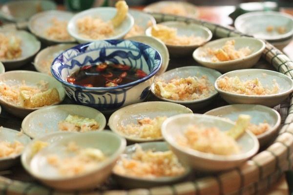 Bánh bèo: Đây là một món đặc sản của Huế, với hành phi, tôm khô được rắc lớp bánh bằng bột gạo.