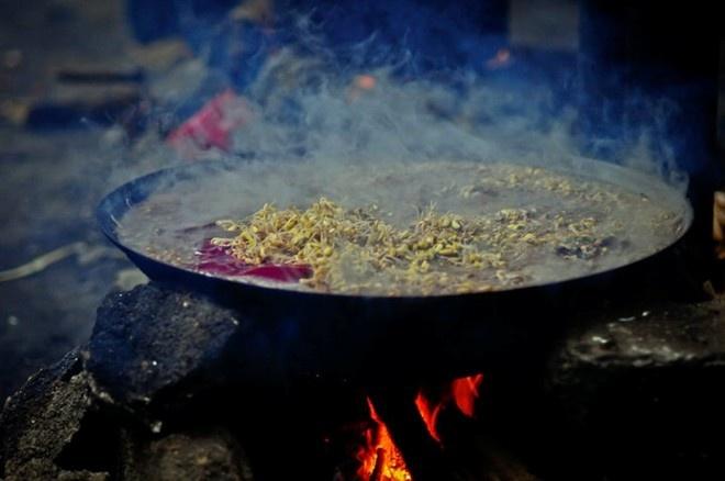 Nhung dac san kho nuot cua Viet Nam hinh anh 5 Thắng cố: Món ăn truyền thống của người H'Mông này được nấu từ thịt và nội tạng ngựa thái nhỏ, ướp gia vị và ninh trong chảo to. Tuy nhiên, mùi của món thắng cố khiến nhiều du khách thấy khó chịu và không phải ai cũng dám nếm thử.. Ảnh: Pystravel.