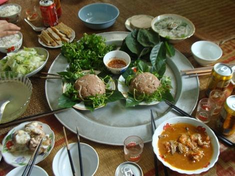 Nhung dac san kho nuot cua Viet Nam hinh anh 7 Nem thịt sống: Nem chạo của làng Vị Thủy, Thái Bình, được làm từ thịt lợn sống vừa mổ xong, băm nhuyễn, trộn với bì lợn luộc thái chỉ, thính và các loại gia vị như nước mắm, tỏi, hạt tiêu. Loại nem này được ăn kèm với lá sung, lá ổi, đinh lăng. Ảnh: GDVN.