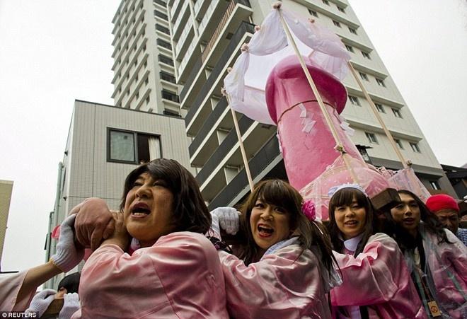 """Tham gia những lễ hội độc đáo: Các lễ hội của Nhật nổi tiếng với đồ ăn ngon và những hoạt động độc đáo. Tại lễ hội Hōnen Matsuri ở Nagoya, bạn sẽ được chiêm ngưỡng lễ rước những tượng """"của quý"""" khổng lồ và thưởng thức các món ăn có hình dạng nhạy cảm tương tự."""