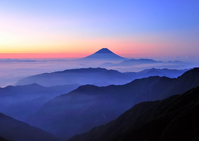 Leo Phú Sĩ buổi đêm: Trên đường leo, bạn có thể gặp những bà cụ người Nhật thoăn thoắt vượt trước mình, nhưng đừng vì thế mà chủ quan và nghĩ rằng đường leo rất dễ. Leo Phú Sĩ vào buổi tối, bạn sẽ được chiêm ngưỡng cảnh bình minh rực rỡ vào buổi sáng.