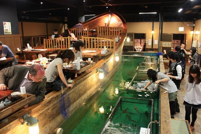 Tự tìm nguyên liệu cho bữa ăn: Ở nhà hàng Zauo, Tokyo, nếu muốn có đồ ăn, trước hết bạn phải tự bắt cá bằng cách sử dụng cần câu và vợt. Bạn không thể thả lại con đã bắt xuống bể. Mỗi khi cá cắn câu, nhân viên nhà hàng sẽ gõ trống ăn mừng. Bàn ăn được bày trên một thuyền gỗ lớn nhìn ra chỗ các thực khách đang câu cá.