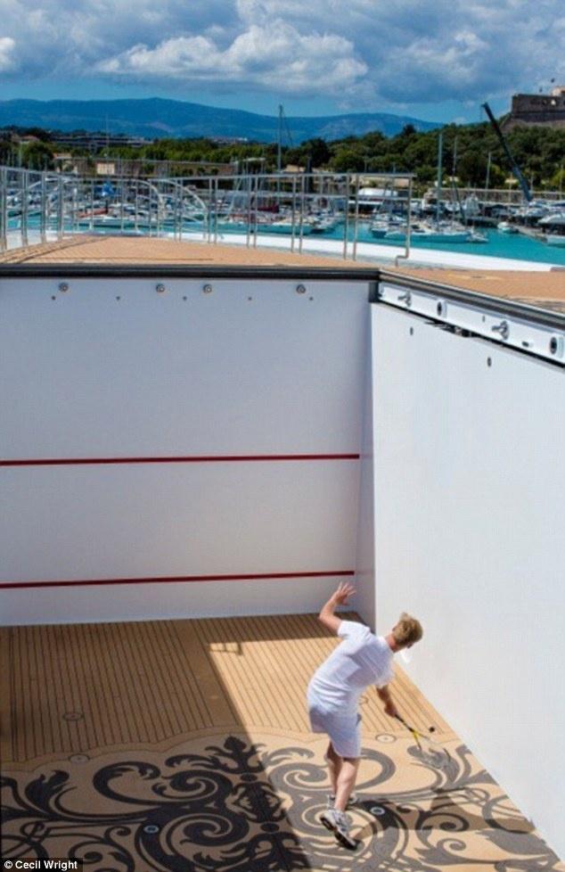 Nhung yeu cau quai chieu tren sieu du thuyen hinh anh 8 Chơi quần vợt trên biển: Một sân cỡ chuẩn được dựng trên bãi đỗ trực thăng của siêu du thuyền và có thể hạ xuống bằng một nút bấm khi không sử dụng.