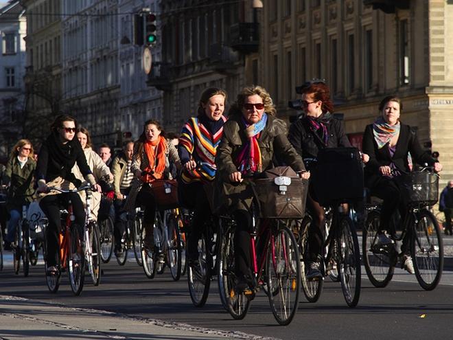 Nhung dieu gay ngac nhien o Dan Mach hinh anh 2 2. Tình yêu với xe đạp: Dù mặc vest hay váy thời trang và đi giày cao gót, đi học hay đi làm, người Đan Mạch đều thích đi bằng xe đạp. Ở Copenhagen, 50% dân số di chuyển bằng xe đạp mỗi ngày, và số xe đạp còn nhiều hơn số dân. Không chỉ vì người Đan Mạch muốn bảo vệ môi trường mà còn vì đây là cách di chuyển nhanh và thuận tiện nhất trong thành phố.