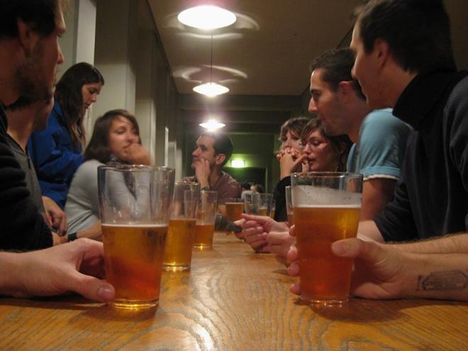 Nhung dieu gay ngac nhien o Dan Mach hinh anh 4 4. Truyền thống uống bia: Bia là một phần văn hóa Đan Mạch đã hơn 5.000 năm và hiện tại có khoảng 100 hãng bia ở quốc gia này. Người dân được phép uống bia từ năm 14 tuổi. Bia được phục vụ trong mọi dịp, từ các bữa tiệc tới sự kiện tại trường học, miễn là người uống kiểm soát được bản thân.