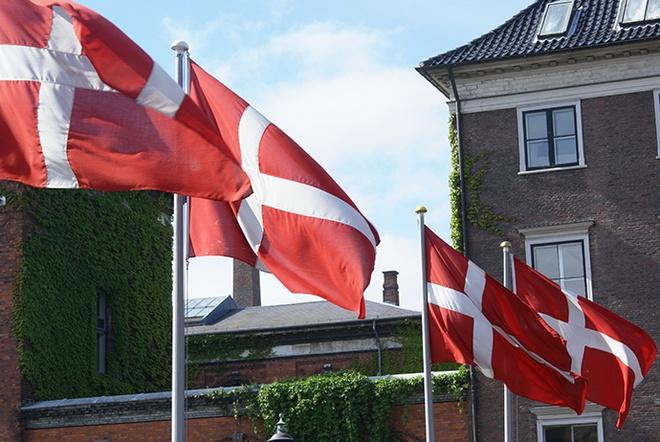 Nhung dieu gay ngac nhien o Dan Mach hinh anh 5 5. Lá cờ Đan Mạch: Bạn sẽ thấy cờ Đan Mạch xuất hiện khắp nơi, từ trước các ngôi nhà tới trên bánh sinh nhật. Đó là biểu tượng rất quan trọng với phần lớn người dân bởi lá cờ thể hiện tình yêu và sự gắn bó của họ với đất nước.