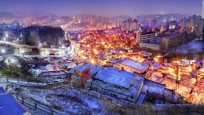 Nhung canh dep me hon o Han Quoc hinh anh 19 Tường thành Seoul Seonggwak: Bức tường đá dài 18,2 km được dựng lên ở Seoul vào thời Joseon để bảo vệ kinh đô của Hàn Quốc. Du khách có thể đăng ký một tour đi bộ ngắm cảnh qua những điểm tham quan thú vị nhe Dongdaemun (trung tâm mua sắm buổi khuya), núi Naksan và dừng chân ở Ehwajang, nơi tổng thống đầu tiên của Hàn Quốc, ông Syngman Rhee, từng ở.