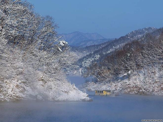 """Nhung canh dep me hon o Han Quoc hinh anh 16 Hồ Soyang: Hồ Soyang có biệt danh là """"biển trên cạn"""", hình thành nhờ đập Soyang. Đây là nơi lý tưởng để câu cá trên băng, ngoài ra hồ nước của tỉnh Gangwon này còn nổi tiếng với vẻ đẹp thanh bình và tinh khiết."""