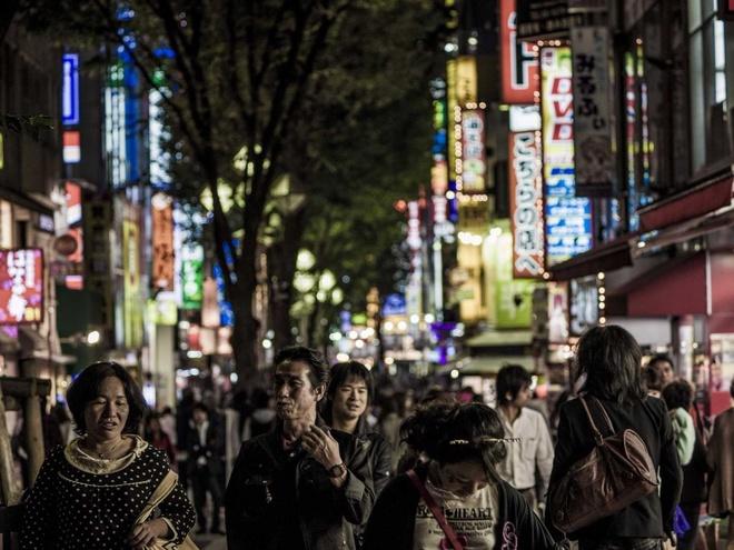 """Bi kip kham pha thu do Nhat Ban hinh anh 4 Quên phim """"Lạc lối ở Tokyo"""" đi:  Một du khách cho biết: """"Trước khi tới đây, tôi đã xem """"Lạc lối ở Tokyo"""" và nghĩ mình đã hiểu hết về thành phố này, nhưng tôi đã lầm"""". Nhịp điệu hối hả của Tokyo và những phong tục đôi khi khá khó hiểu có thể khiến du khách thấy lạc lõng và cô đơn. Tuy nhiên, nếu chú ý bạn sẽ thấy Tokyo có những hoạt động đời thường dung dị: bọn trẻ chơi đùa trong công viên, những bà cụ húp mì, những người đi tản bộ tận hưởng không khí buổi sáng..."""